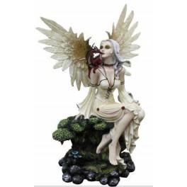 Fée blanche aux ailes d'ange et son dragon assis sur un tronc d'arbre