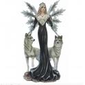 Fée noire et ses deux loups gris